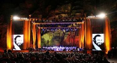20081102235857-pavarotti-petra2.jpg